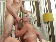 Granny fits the man's huge dong all the way with her cunt