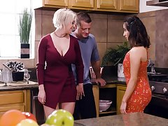 Honcho blonde housewife Dee Williams loves having crazy steamy MFF threesome