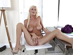 Skinny, sun-kissed MILF Olivia Blu pleasures herself prevalent slender fingers
