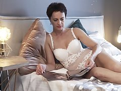 Very hot grown up woman Daryna is masturbating onwards going to bed