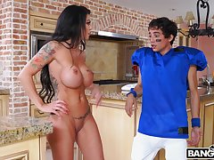 Round special mature Melissa Lynn spreads her wings to be fucked