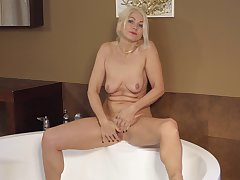 Mature mom fingers her wet carry off in solo XXX