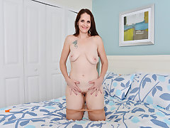 American milf Christina Sapphire rubs her pussy furiously